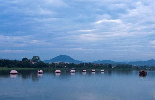 Ta ngồi viết, sông Hương bay thành nét thảo câu thơ...